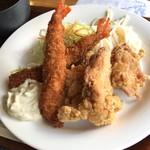 ボンジュール - 海老フライと鶏の唐揚げ 近景