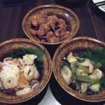 秋津日本酒居酒屋 しば田 - 上から、黒糖そら豆。左が岡山牡蠣のかきポン酢。右が北海つぶわさび