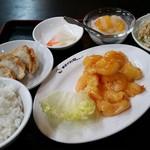 中国料理 幸華 - エビチリ定食 これにハーフサイズ刀削麺つきます