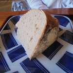 やまね食堂 - 自家製石窯で焼いたパンは「ずっしり」重い