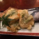 大衆酒場 『それいけチャラ男。』 - ほたてのチーズはさみ天ぷら 620円。