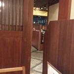 地酒とそば・京風おでん 三間堂 - 奥の方には窓際の席が