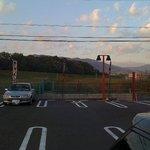 5874626 - 駐車場からの眺め。木津川の土手と遠くに山々が見えます。