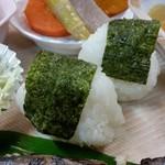 千穂の家 - 「やまめ定食 (1300円)」のおにぎり
