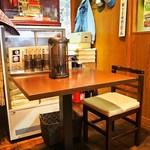 麺のようじ - 店内(テーブル席)