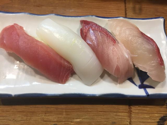 立ち寿司 まぐろ一徹 千日前店 - まぐろ,はまち,ヤリイカ,シマアジ