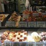 ブレドール - 店内② ガラスショーケースで売られているパンもあります。
