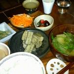 バルデラ - 夜の定食800円と、日本酒3種飲み比べ500円