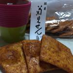 58760029 - 日本人だからね…お茶と煎餅。