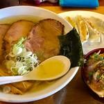 翔鶴 - 塩チャーシュウメン(大盛)のCセット(鶏タタキ丼)+自家製餃子【料理】