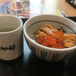 なか卯 - ミニ丼と湯飲みの大きさ比較
