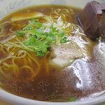 ギョーザ・ラーメン 華 - 鶏ダシが主体の焦がし醤油系のスープ。