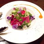 池袋 ビストロ モンパルナス - 信州野菜とお花のサラダ/1180円
