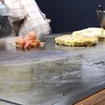 お好み焼 SETO - 先ずはトマトを調理
