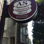 エーエス クラシックス ダイナー - 駒沢通り沿い、この看板が目印です。