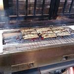駿河屋 - 店舗の外で炭火で白焼き