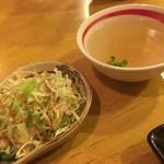 餃子屋 はやみ - サラダとスープ