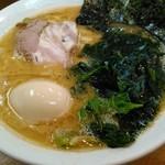 らーめん 喜輪 - ラーメン(普通)+味玉・ワカメトッピング