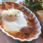 エアポートグリル&バール - ソーセージと豆のトマトソース煮込みと玉子のオーブン焼き