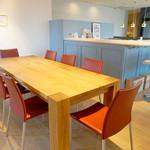 オ・ボルドー・フクオカ - グループで利用できる大きなテーブル席。       ボルドーから生産者を招いてのセミナーやワイン会なども開催されているそうです。