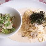 神戸の洋食屋さん - 明太子とチーズのクリームパスタとサラダ