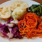 SALVATORE CUOMO - サラダバーのサラダとパン