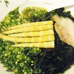 めぇ - 根曲がり竹とワカメの煮干中華。の接写。