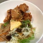 58816147 - 鶏肉の唐揚げ、サラダ