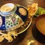 天婦羅 うえじま - 並天丼ご飯大盛¥1150。蓋をしたまま