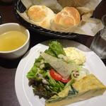 港屋珈琲 - パスタランチのスープ+パン+サラダ+スパニッシュオムレツ+デリ1品