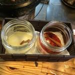 味の羊ヶ丘 - 【2016年08月】テーブル調味料、左はニンニク、右は唐辛子。