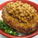 モンストロ バーベキュー - 納豆豚玉丼/700円