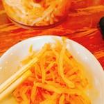 麺王 - テーブルにあるピリ辛もやし
