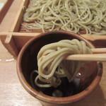 蕎麦切 砥喜和 - 蕎麦を手繰る