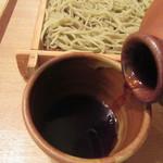 蕎麦切 砥喜和 - つゆを注ぐ