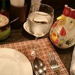 南欧田舎料理のお店タパス - お冷やは鶏の口から出ます。