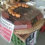 ローストステージ - おまけ写真:朝市内で売っていたお味噌屋さんの焼おにぎり
