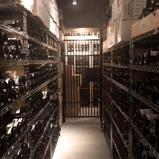 4万本のストックからセレクト。試飲を重ねたこだわりのワイン