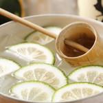 ウラニワ - 大分焼酎「常蔵」とかぼすを浮かべ、柄杓で分け合って飲む「ウスキボウル」
