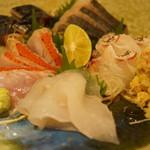 釉月 - お造り盛り合わせ(金目、鰆、かわはぎ、〆鯖、鯛、蟹)(1人前1400円~)