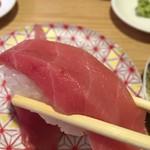 回し寿司 活 - 肉厚の中トロ、とろけるうまさ