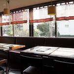 ブルーパパイアタイランド - 内観=陽光さす窓際の席 16年11月
