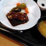 さくらごはん - 鶏肉のソテー八丁味噌デミソース¥980 (小鉢・冬瓜と桜エビの煮物、ココナッツプリン)