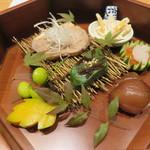 かま田 - 八寸 はまぐろの手毬寿司、いくら醤油漬け、生麩田楽、木の葉南瓜、鴨ロース茜煮、銀杏