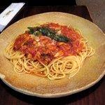 スパゲティーnokishita - ツナとアスパラガスのトマトソース
