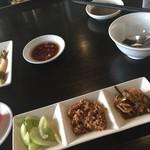 野方餃子 - 中華粥のトッピングと、胡椒たれ(奥)にんにくたれ(手前)