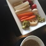 野方餃子 - おつまみに最高のピクルス手前はスタッフが作ってくれた胡椒のたれ