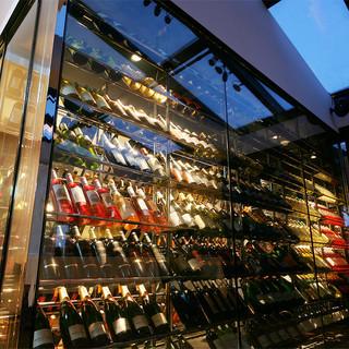150種以上並ぶワインボトルがお迎えします