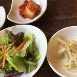 58883802 - 水冷麺定食についてくるサラダ、キムチ、もやしナムル等