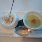 58887793 - 一口サイズのジャガイモのキッシュとグリンピースの冷製スープ。